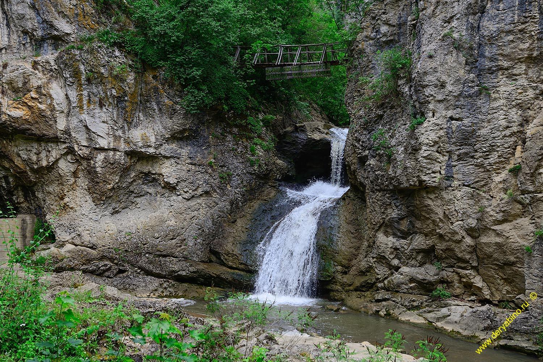 Мостик над водопадом у пещеры в Дряново