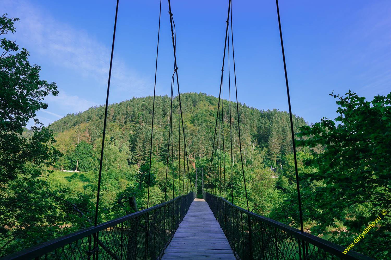 Висячий мостик на озере Парасел
